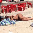 Elisabetta Canalis fait la sieste à la plage en Sardaigne le 6 juillet 2012