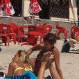 Très détendue, Elisabetta Canalis à la plage en Sardaigne le 6 juillet 2012