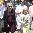 """""""Tête-à-tête pour Anna Paquin et sa belle-fille Lilac qui arrivent dans un salon de manucure à Los Angeles le 8 juillet 2012"""""""