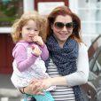 Alyson Hannigan et sa fille Satyana à Los Angeles, le 26 avril 2012.