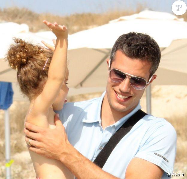 Robin van Persie et son adorable petite fille Dina le 10 juillet 2012 sur l'île de Formentera