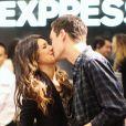Shenae Grimes et Josh Beech s'embrassent, lors de l'ouverture d'un magasin Express à Vancouver, le jeudi 12 juillet 2012.