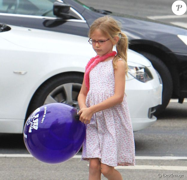 Jennifer Garner et sa fille Violet font du shopping dans les rues de Brentwood, à Los Angeles, le 13 juillet 2012 - La petite Violet a eu un beau ballon violet !