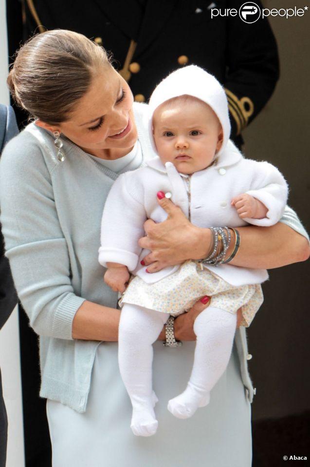 La princesse Victoria avec sa petite princesse Estelle, 5 mois.   La princesse Victoria de Suède a célébré le 14 juillet 2012 son 35e anniversaire comme chaque année à la villa Solliden, sur l'île d'Öland, avec ses parents, son mari Daniel et leur fille Estelle, rencontrant dans la journée ses compatriotes avant un spectacle en soirée.