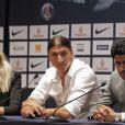 Zlatan Ibrahimovic le 18 juillet 2012 lors de sa conférence de presse au Parc des Princes en compagnie de Leonardo et Nasser El-Khalaïfi