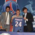 Marco Verratti le 18 juillet 2012 lors de sa conférence de presse au Parc des Princes en compagnie de Leonardo et Nasser El-Khalaïfi