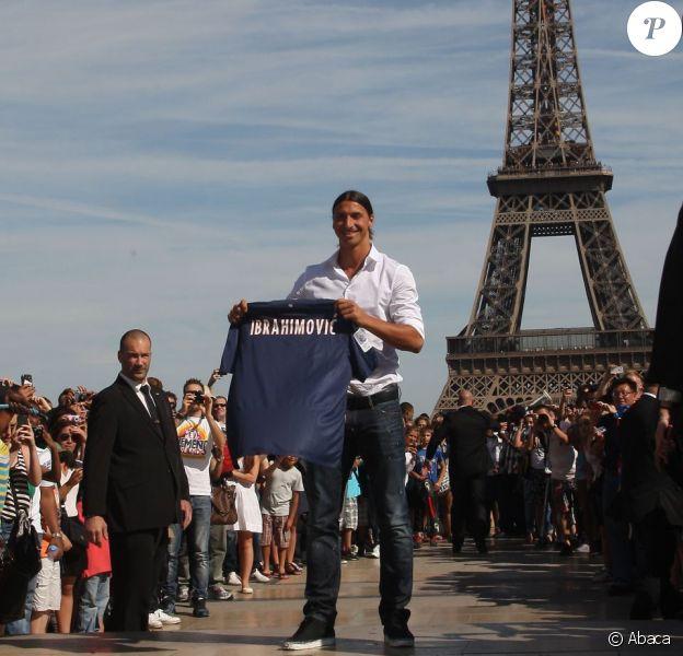 Zlatan Ibrahimovic le 18 juillet 2012 au Trocadéro à Paris au milieu des supporters quelques minutes après sa conférence de presse au Parc des Princes qui officialise sa venue au PSG