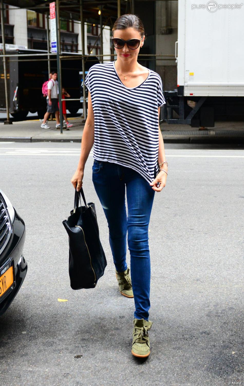Miranda Kerr porte une marinière Bassike, un jean slim Nobody, des baskets Betty d'Isabel Marant et un sac Céline. New York, le 19 juillet 2012.