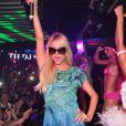 Paris Hilton met le feu au Palais Club de Cannes, le 22 juillet 2012.