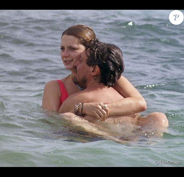Mischa Barton et son petit ami Sebastian Knapp : très amoureux à Formentera le 26 juillet 2012