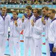 Amaury Leveaux, Fabien Gilot, Clément Lefert et Yannick Agnel après avoir obtenu la médaille d'or lors du relais 4x100m le 29 juillet 2012 lors des Jeux olympiques de Londres, accompagné d'Alain Bernard et Jérémy Stravius