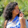 Rihanna fait une pause cigarette lorsqu'elle fait du shopping dans les rues de Monaco le 29 juillet 2012
