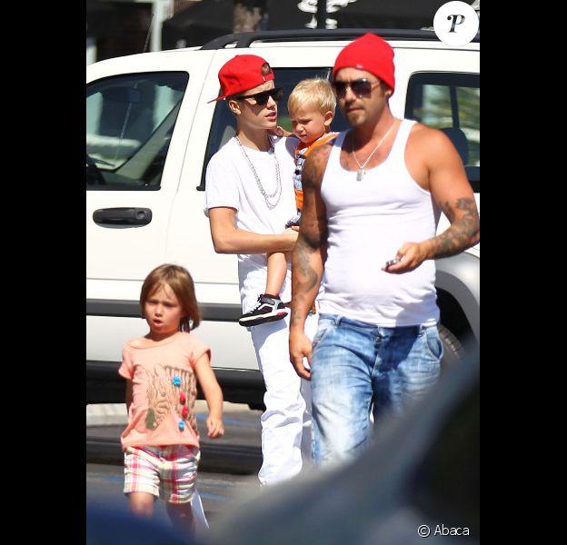 Justin Bieber va chez King's Fish House à Calabasas avec son père Jeremy et ses frère et soeur Jaxon et Jazmyn pour déjeuner le 30 juillet 2012