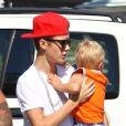 Justin Bieber s'occupe de son petit frère Jaxon en allant chez King's Fish House à Calabasas le 30 juillet 2012