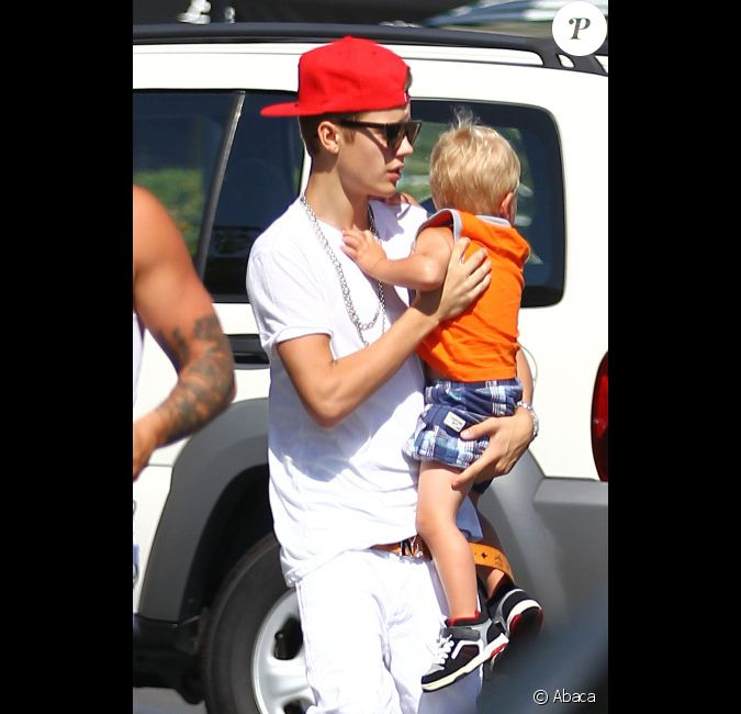 Justin bieber s 39 occupe de son petit fr re jaxon en allant for Kings fish calabasas