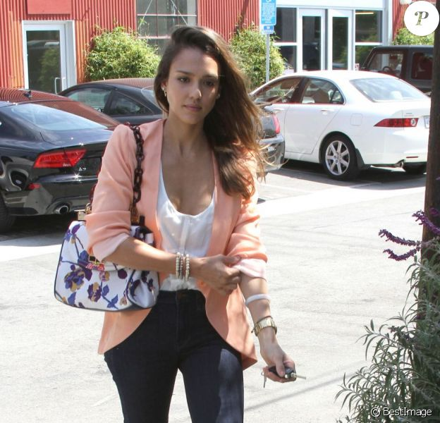 Jessica Alba, parfaite dans un joli look dans les rues de Los Angeles le 2 août 2012