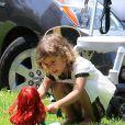 Honor a bien grandi ! Ici, elle s'amuse avec sa poupée au Coldwater Canyon Park dans le nord de Beverly Hills le 4 août 2012