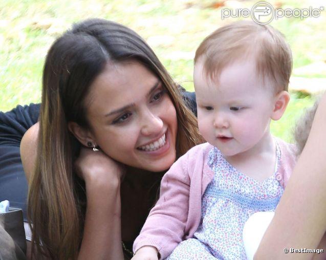 Instant complice ente Jessica Alba et sa fille Haven au Coldwater Canyon Park dans le nord de Beverly Hills le 4 août 2012