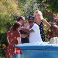 Connor et Isabella Cruise, les enfants adoptifs de Tom Cruise et Nicole Kidman, rendent visite à de la famille en Californie, à bord d'une belle décapotable, le 7 août 2012