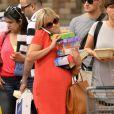 Reese Witherspoon, enceinte, fait ses courses à Santa Monica le 8 août 2012 : les bras légèrement chargés