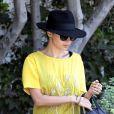 Nicole Richie twiste son total look black avec un top jaune Winter Kate. West Hollywood, le 9 août 2012.