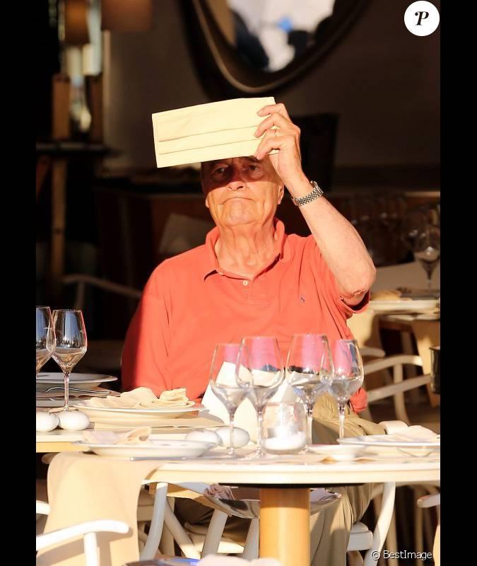 jacques chirac tente de se prot ger du soleil la terrasse du restaurant le girelier st. Black Bedroom Furniture Sets. Home Design Ideas