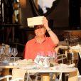 Jacques Chirac, ébloui par le soleil, déjeune à la terrasse du restaurant Le Girelier, à St-Tropez, le vendredi 10 août 2012.