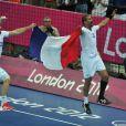 Nikola Karabatic et Didier Dinart brandissent les couleurs de la France.   Les Experts du hand français ont conservé le 12 août 2012 aux JO de Londres leur titre olympique de Pékin en battant en finale la Suède (22-21). Un doublé historique, une joie épique, une équipe de légende.