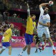 Nikola Karabatic s'envole... Les Experts du hand français ont conservé le 12 août 2012 aux JO de Londres leur titre olympique de Pékin en battant en finale la Suède (22-21). Un doublé historique, une joie épique, une équipe de légende.