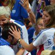 Nikola Karabatic félicité par sa famille... Les Experts du hand français ont conservé le 12 août 2012 aux JO de Londres leur titre olympique de Pékin en battant en finale la Suède (22-21). Un doublé historique, une joie épique, une équipe de légende.