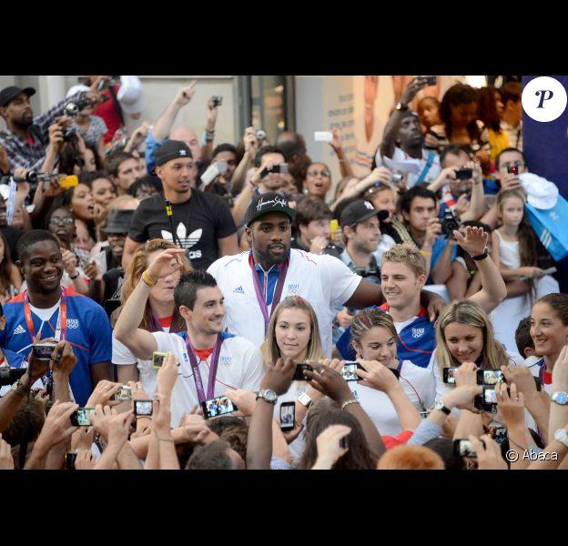 Teddy Riner sur les Champs-Elysées, quelques heures après son retour des Jeux Olympiques 2012 de Londres, le lundi 13 août 2012.