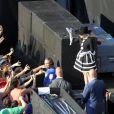 Lady Gaga salue ses fans avant le début de son Born This Way Ball à Bucarest, le 16 août 2012.
