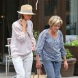Amanda Peet et sa mère Penny se promènent, le 25 août 2012 à New York.