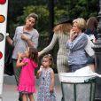 Amanda Peet emmène ses filles Frances, 5 ans, et Molly, 2 ans, prendre une glace, avec sa mère Penny. A New York le 25 août 2012.