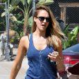 Dimanche matinal pour Jessica Alba, qui se rendait chez Firing Line pour un entraînement au tir. Los Angeles, le 26 août 2012.