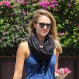 Jessica Alba, stylée et décontractée en débardeur, jean Current/Elliott et sandales Surface to Air à Los Angeles. Le 26 août 2012.