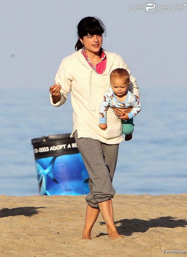 Selma Blair déjeune avec son fils sur la plage de Malibu le 5 septembre 2012