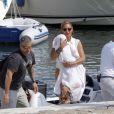 Souriante, Beyoncé quitte son yacht avec sa fille Blue Ivy, le 8 septembre 2012 à Beaulieu-sur-mer