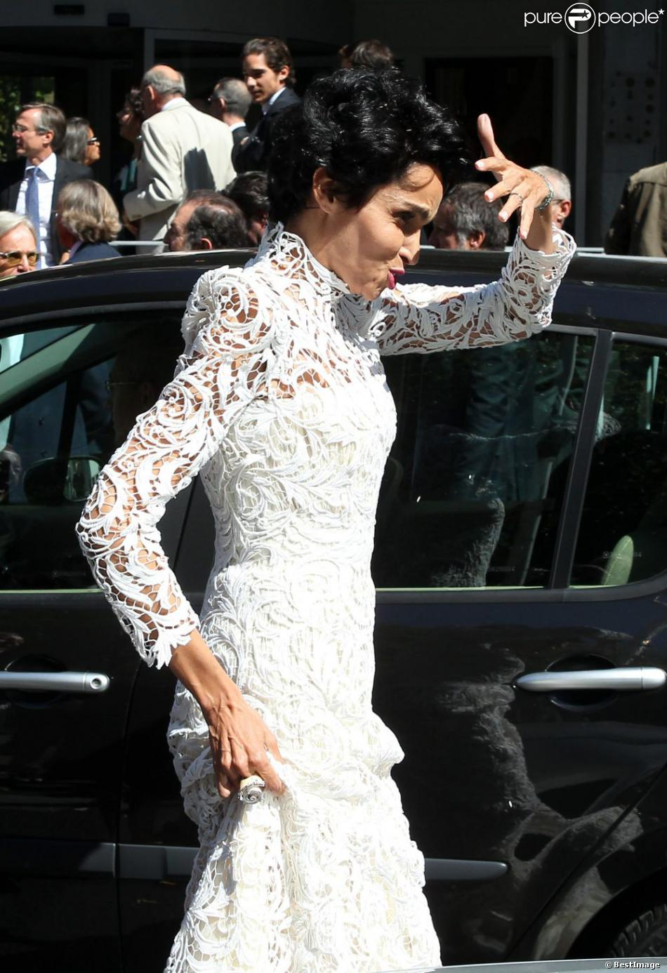 farida khelfa en robe de mariage jean paul gaultier devant la mairie du 17 arrondissement de. Black Bedroom Furniture Sets. Home Design Ideas