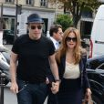 John Travolta et Kelly Preston sortent du restaurant L'avenue, à Paris, le 10 septembre 2012