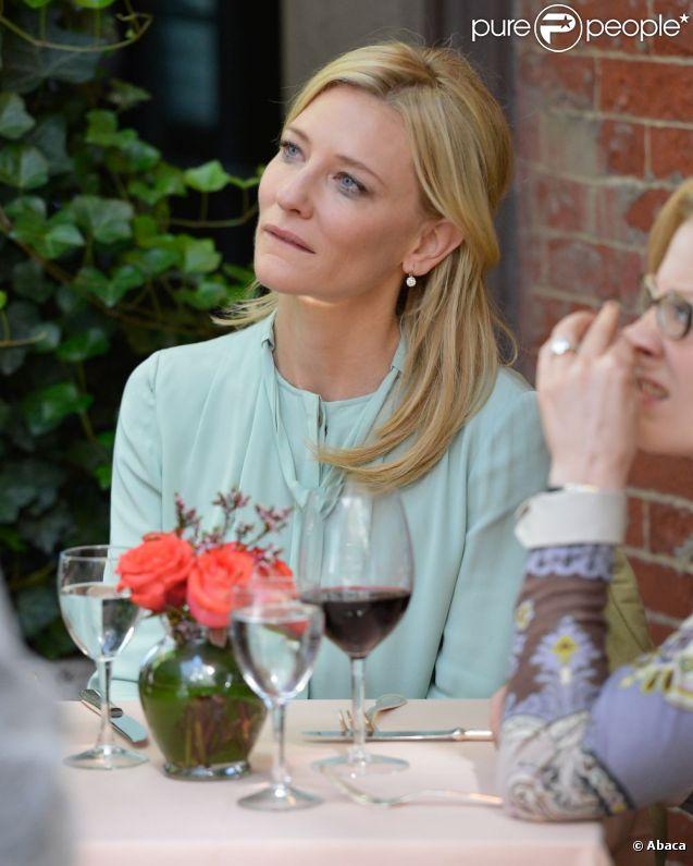Cate Blanchett filme une scène du nouveau film encore sans titre de Woody Allen à New york, le 10 septembre 2012. Avec un verre de vin, forcément.