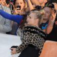 """""""Diane Kruger et une fan à la première du film  Inescapable  au Festival International du Film de Toronto le 11 septembre 2012."""""""