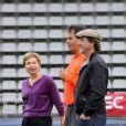 Laurence Parisot et François Cluzet lors d'un match de gala opposant le Variété Club de France à la Sélection républicaine au Stade Charlety à Paris le 12 septembre 2012 en hommage à Thierry Roland et pour les 80 ans du foot pro