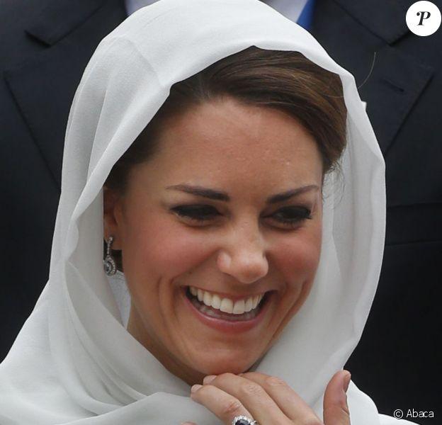 Kate Middleton, rayonnante en visitant la mosquée Assyakirin à Kuala Lumpur lors de l'étape malaisienne du voyage en Asie du sud-est du couple princier dans le cadre du Jubilé de diamant de la reine Elizabeth II le 14 septembre 2012