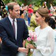 Catherine, duchesse de Cambridge et le prince William, duc de Cambridge sont allés à la rencontre de la foule qui les attendait à Central Park à Kuala Lumpur, Kate recevant des dizaines de fleurs le 14 septembre 2012
