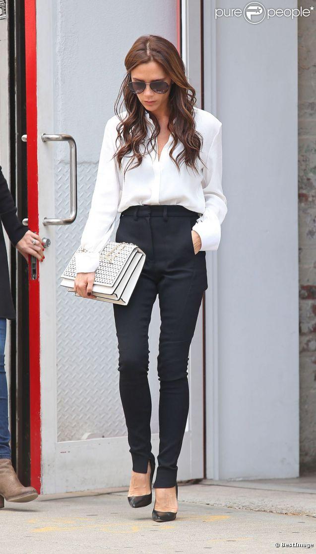 Victoria Beckham, habillée en Victoria Beckham et escarpins Manolo Blahnik, quitte la boutique Balenciaga. New York, le 11 septembre 2012.