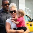 Pink et sa fille Willow à la sortie de son hôtel new-yorkais, le 19 septembre 2012.