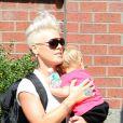 Pink à la sortie de son hôtel avec sa fille Willow, à New York, le 19 septembre 2012.