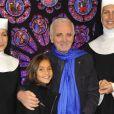 Charles Aznavour et sa petite-fille à la première de  Sister Act  au Théâtre Mogador, à Paris, le 20 septembre 2012.