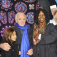 Charles Aznavour, Whoopi Goldberg et le compositeur Alan Menken à la première de  Sister Act  au Théâtre Mogador, à Paris, le 20 septembre 2012.